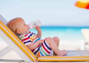 beba na plazi adaptirano mleko